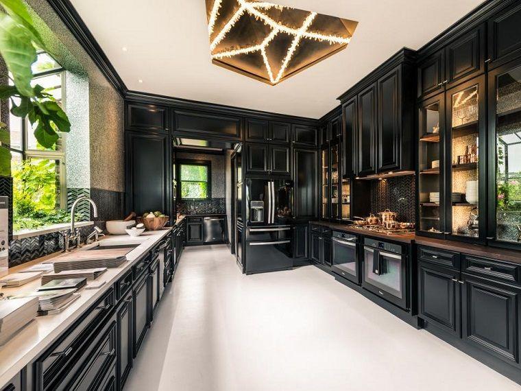 suelo y encimeras blancas en la cocina moderna negra | A - New House ...