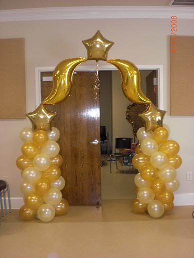 Decoracion con globos blancos y dorados buscar con - Decoracion de navidad con globos ...