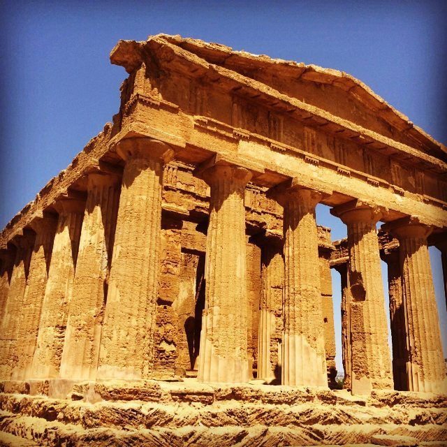 aurinkomatkatAfrikanmeren puolella Sisilian eteläosassa sijaitsevassa Temppeleiden laaksossa kuulet historian lehtien havinan. Samalla reissulla näit myös Piazza Armerinan Villa Casalen taidokkaat roomalaiset mosaiikit.