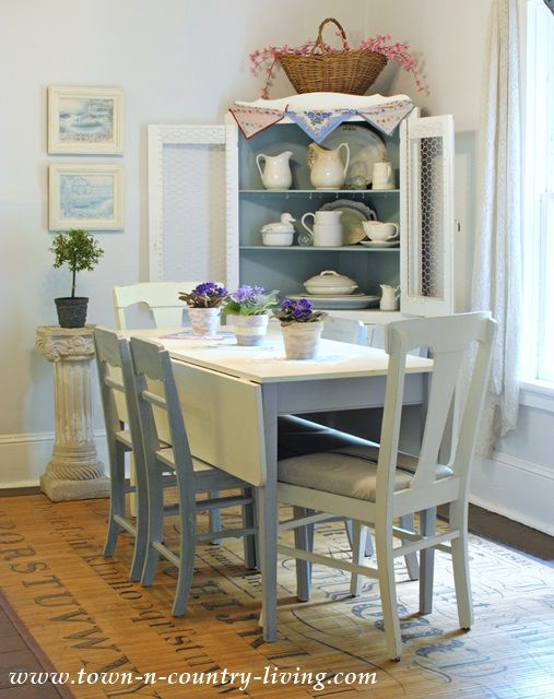 Cottage style decorating in farmhouse dining room like the coordinated paint job