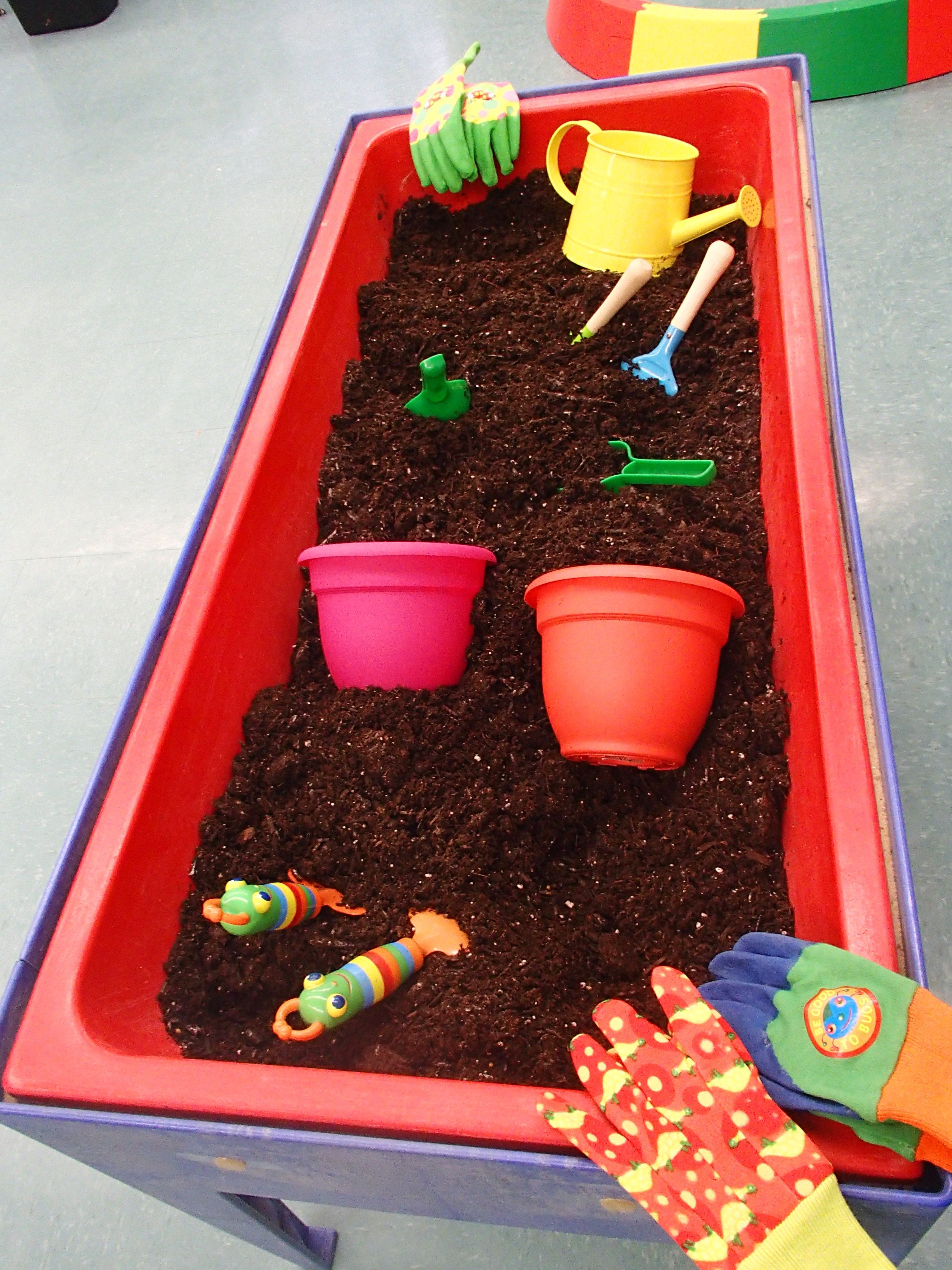 Planting table (potting soil and gardening tools)