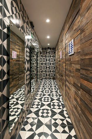 Badrum Comfort Södermannagatan : Detalle de azulejo mexicano para escaleras con paredes blancas