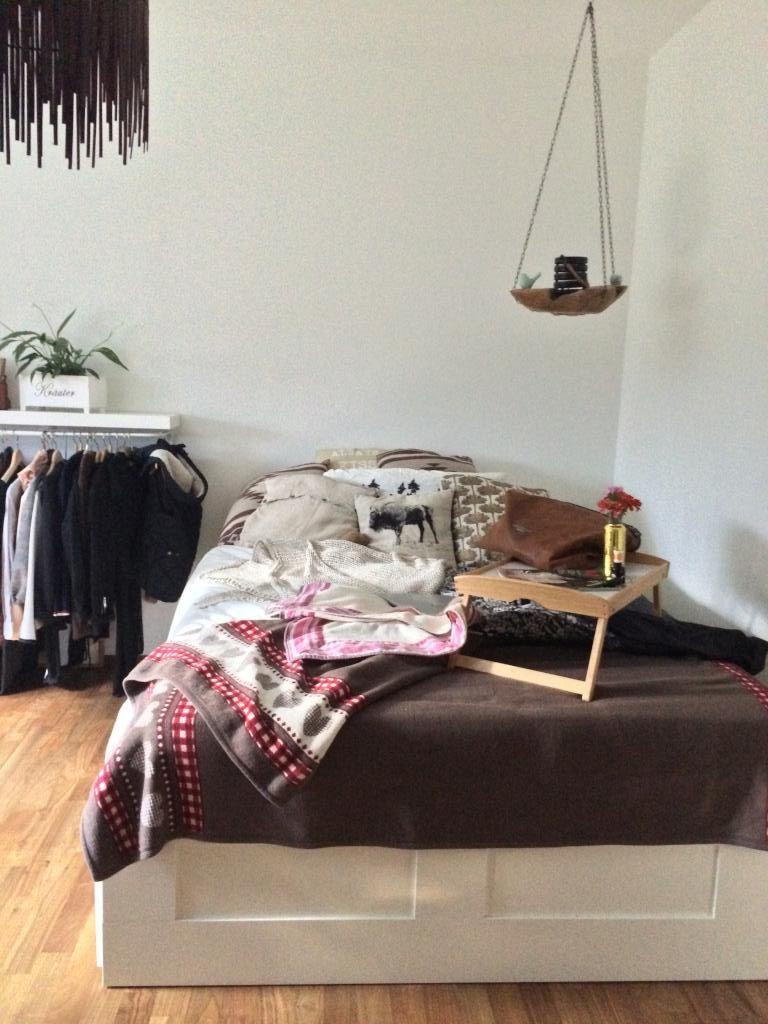 super gemtliches bett mit kissenkuscheldecke - Bett Backboard Ideen