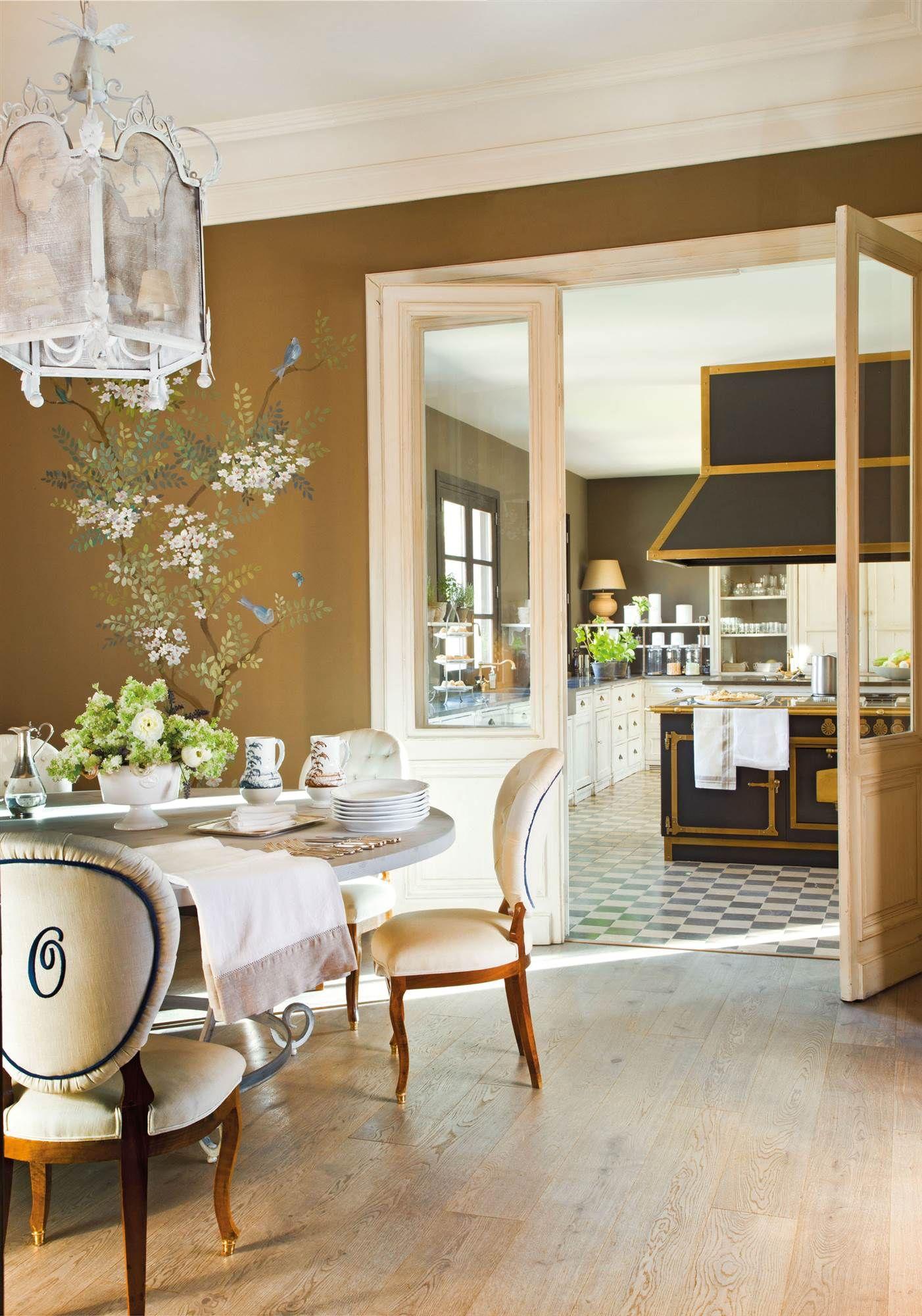 comedor con pintura de flores con vista a la cocina_CAPRICORNIO ...
