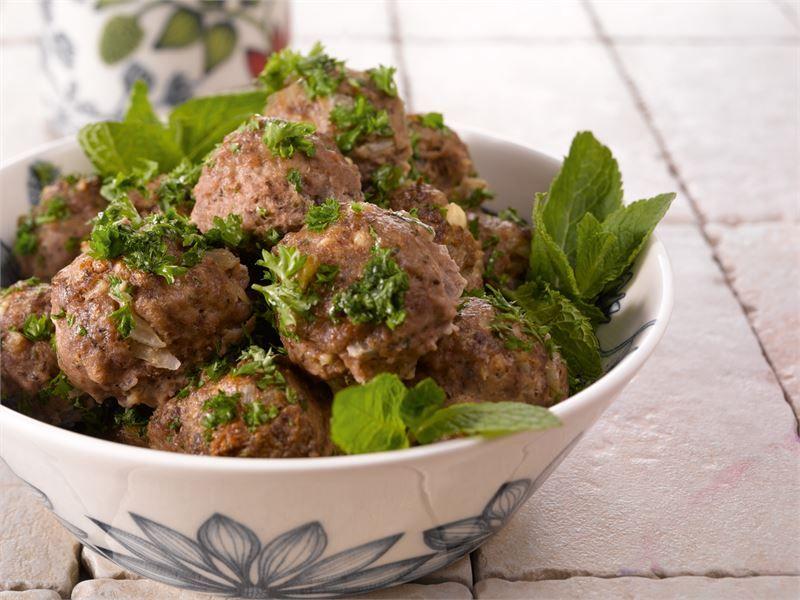 Lihapullissa maistuu välimerelliset maut, kuten valkosipuli, minttu ja salaattijuusto. Myös lampaan jauheliha sopii näiden lihapullien makumaailmaan. Massasta tulee n. 35 lihapullaa