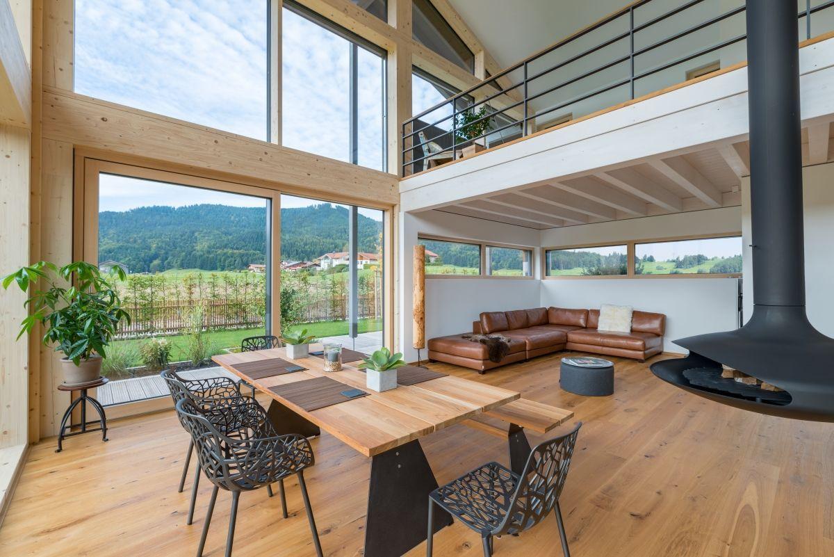 Modernes Haus innen mit Galerie & Kamin, Wohnzimmer offen