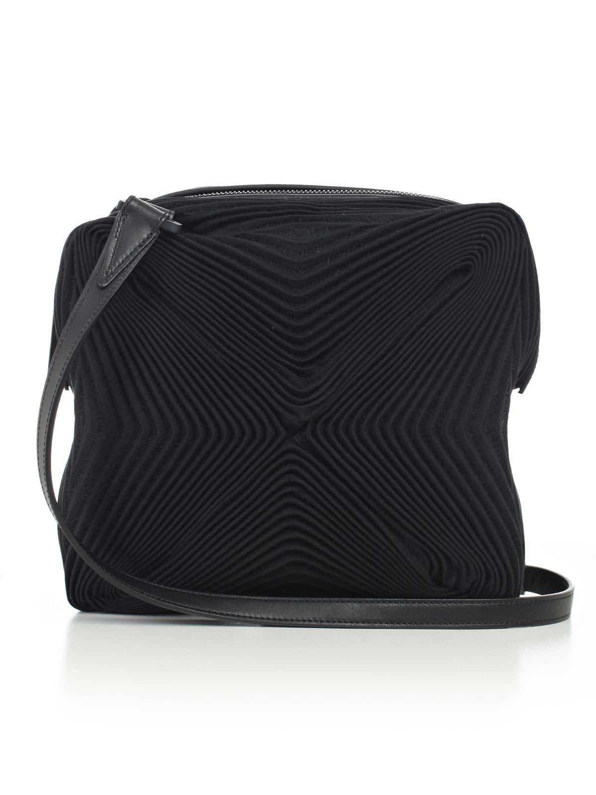 d609e38001e1 ISSEY MIYAKE SHOULDER BAG.  isseymiyake  bags  shoulder bags  polyester   cotton