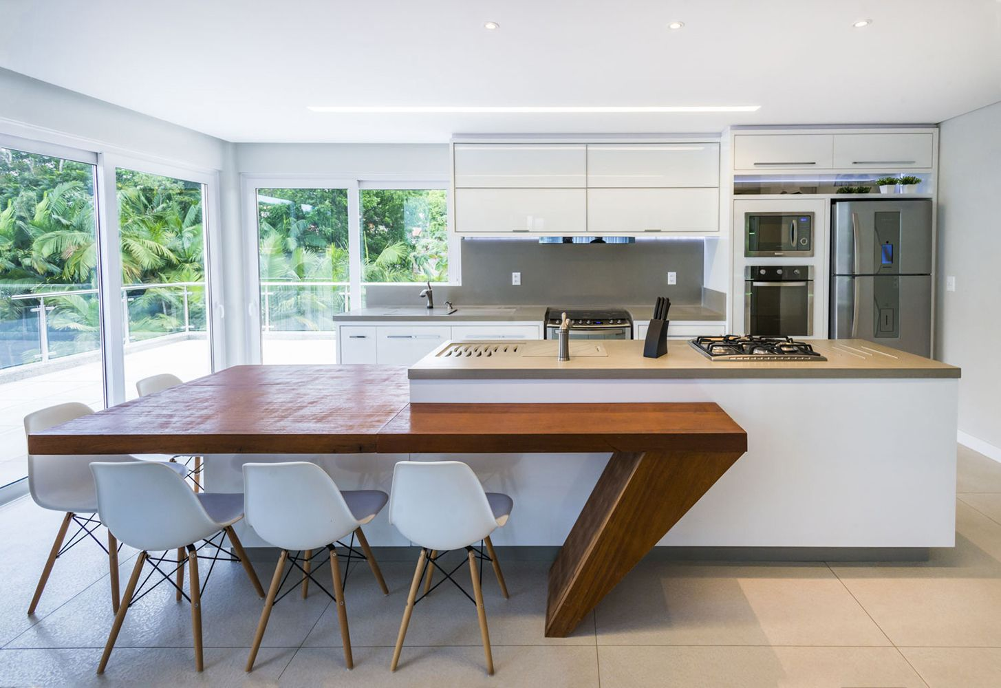 Cozinha Moderna E Clean Com Mesa Gourmet Em Madeira Natural As