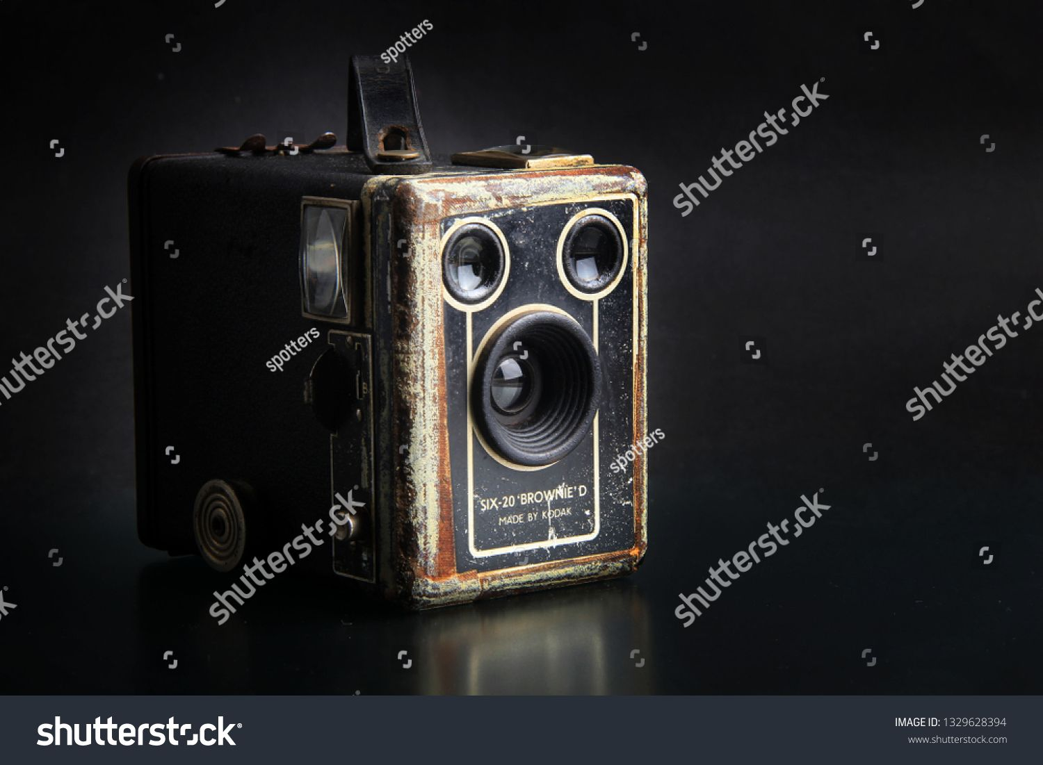 surabaya indonesia 4 maret 2019 kamera kuno kodak six 20 brownie d isolated black background sponsored spons photography for sale surabaya stock photos pinterest