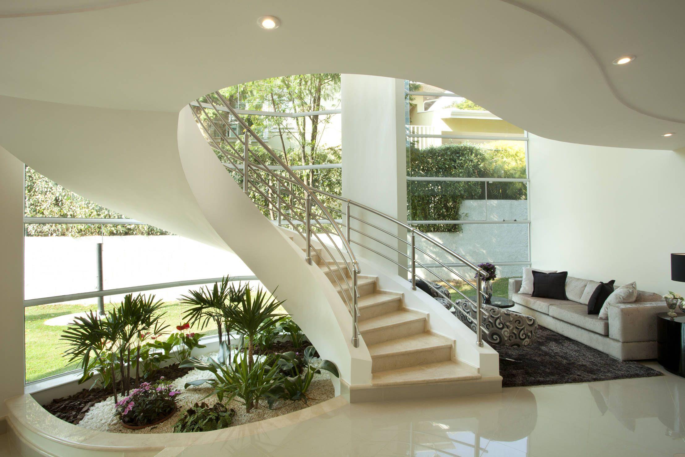 16 Salas Con Escalera Modernas Y Fantásticas Small Garden Under Stairs Modern Staircase Interior Garden