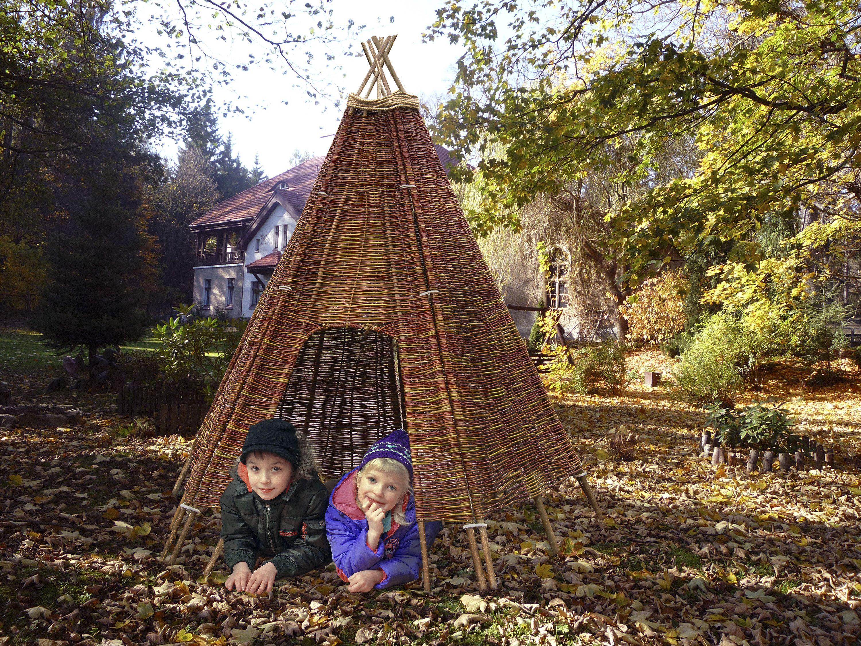 Spielzelt Tipi ein Indianerzelt für Kinder aus Weidengeflecht mit