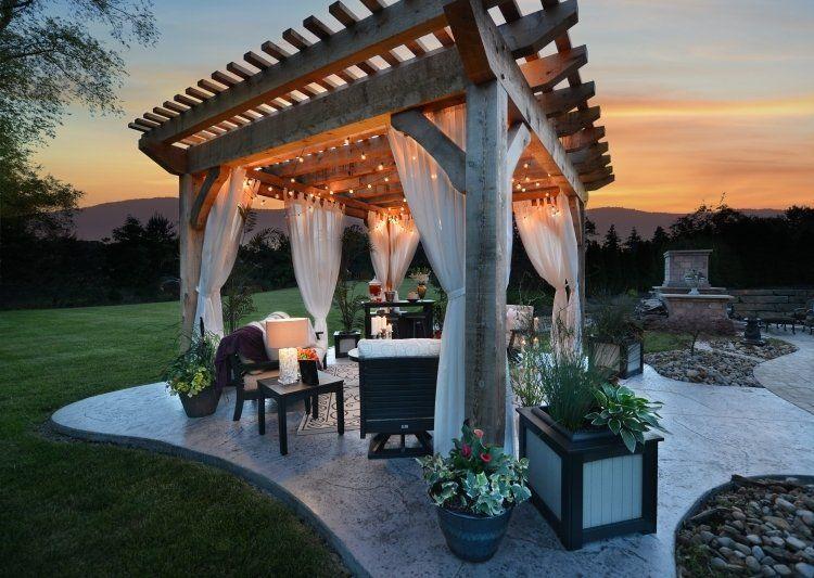 romantische Stimmung im Garten mit Holz Pergola und Lichterketten ...