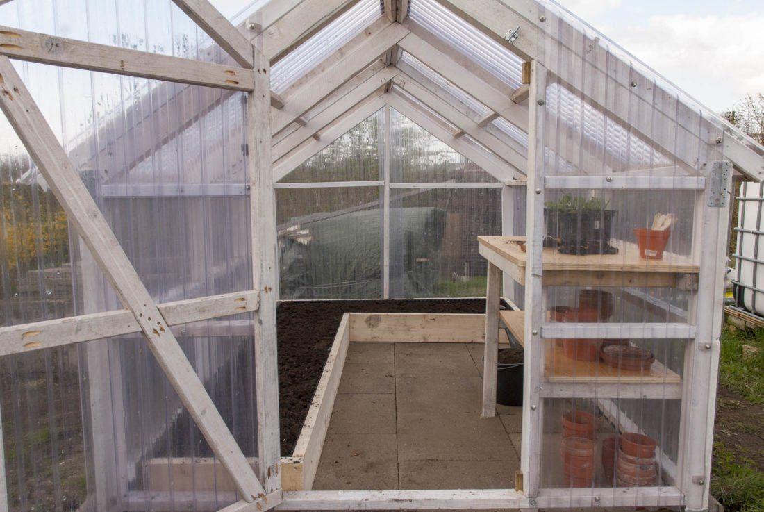 Ein Gewachshaus Von Innen Gestalten So Baut Ihr Beet Co Garten Gewachshaus Gewachshaus Bauen Und Gewachshausgarten