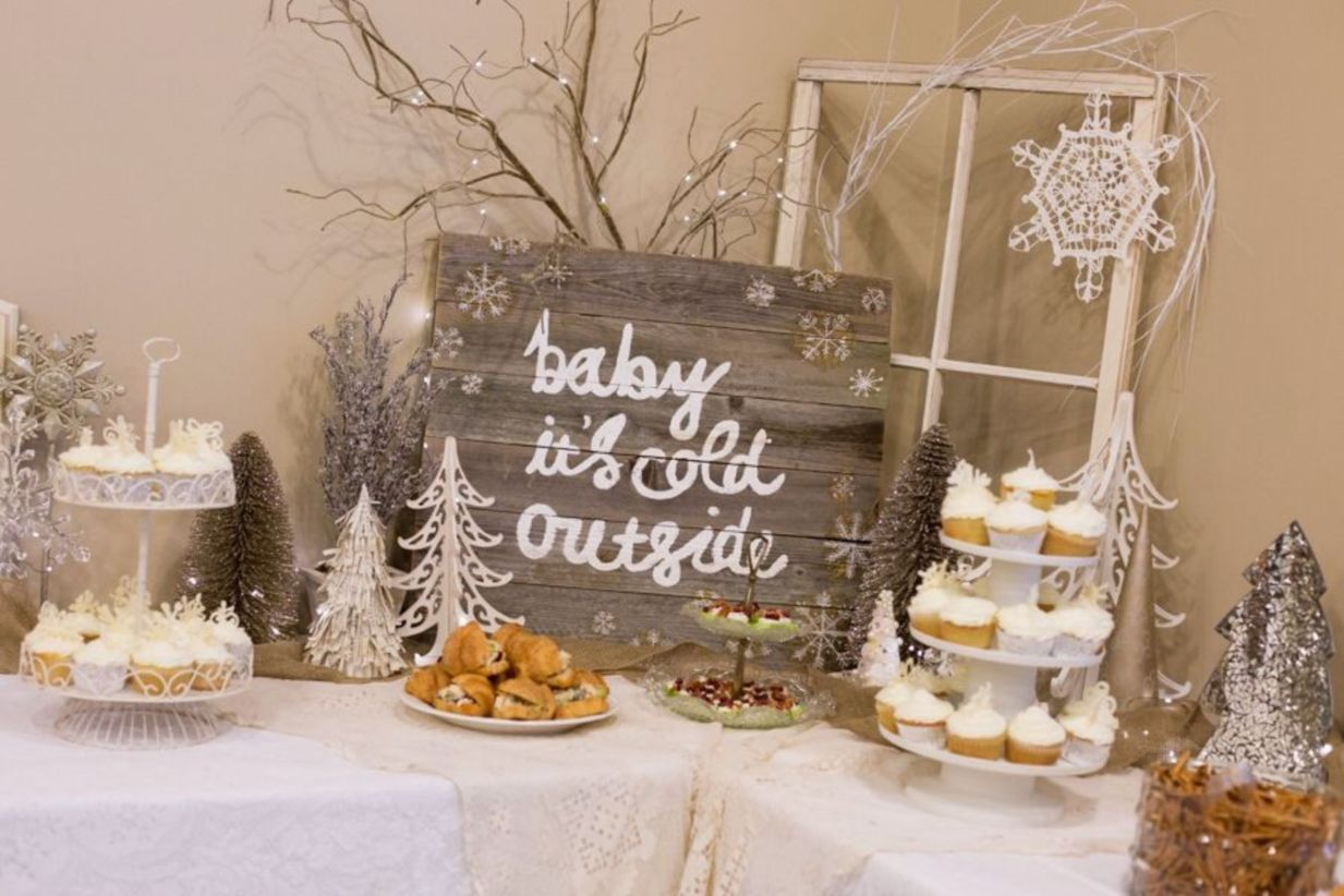 43 Minimalist Welcoming Winter Decoration Ideas For Your House #winterwonderlandbabyshowerideas