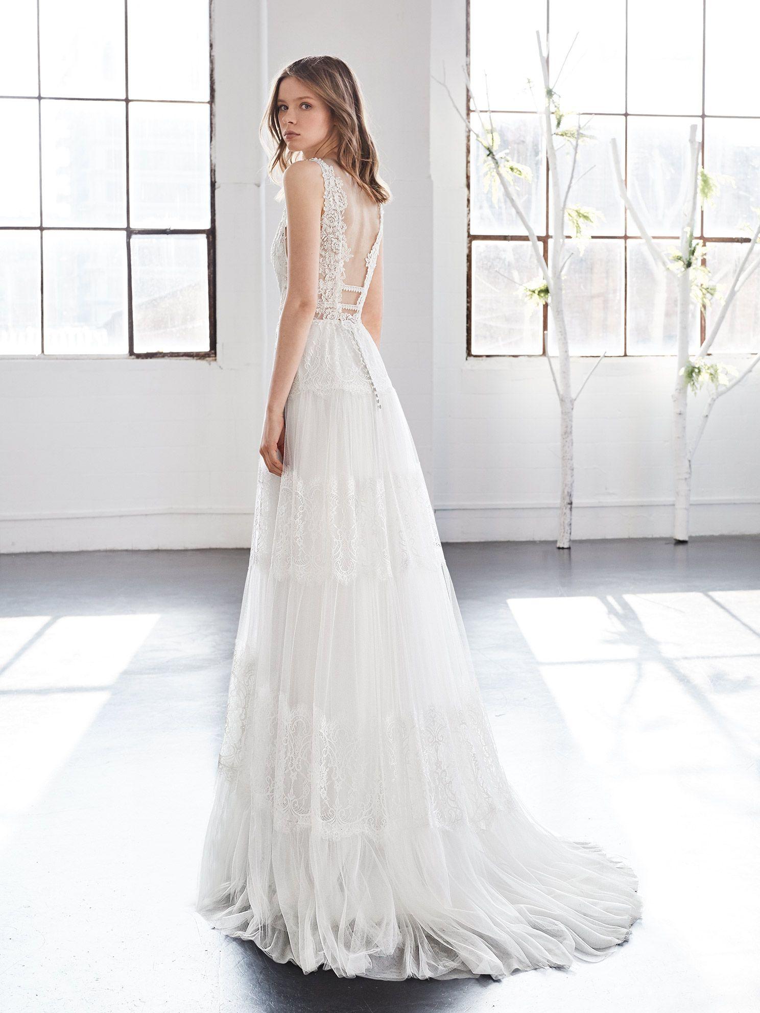 2fffa2a1d Vestidos de novia. Colección Inmaculada García. Novias Rivoli - Logroño.  Detalle transparencias en la espalda con bordado en chantilly.