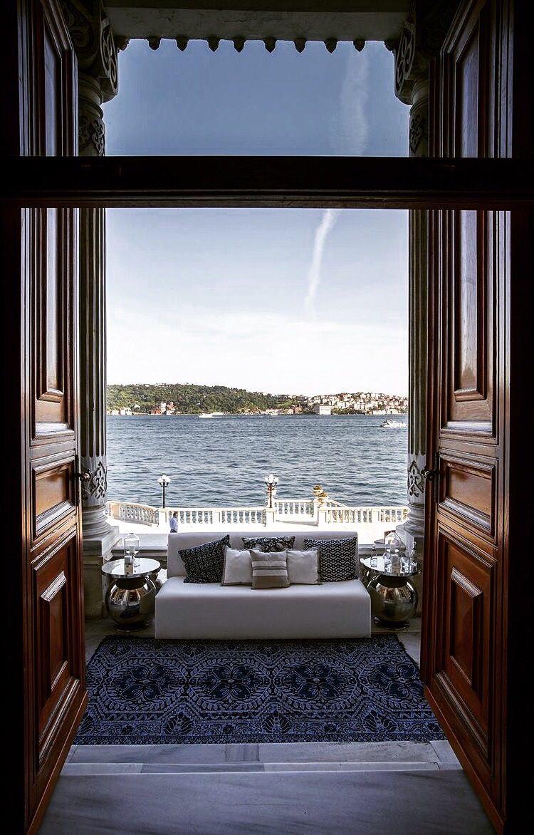 Palacio Ciragan - El Palacio de Çırağan, antiguo palacio otomano, es en la actualidad un hotel de cinco estrellas de la cadena Kempinski. Se encuentra en la costa europea del Bósforo, junto al barrio de Ortaköy de Estambul, Turquía.