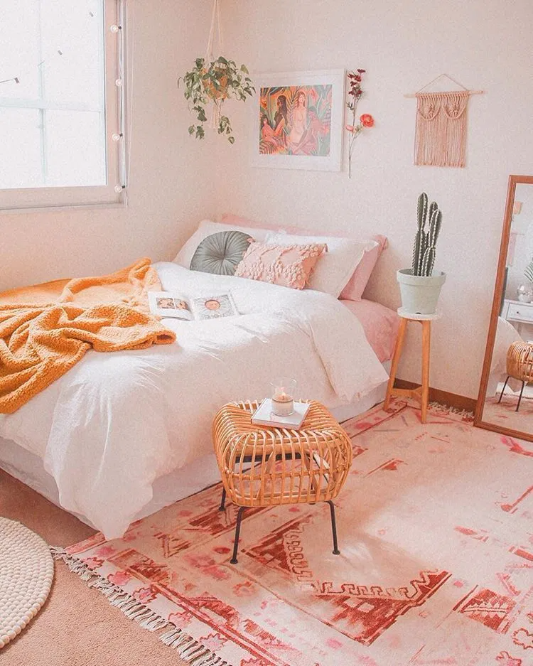 11 Lovely Coral Rooms Ideas  Aesthetic bedroom, Apartment decor