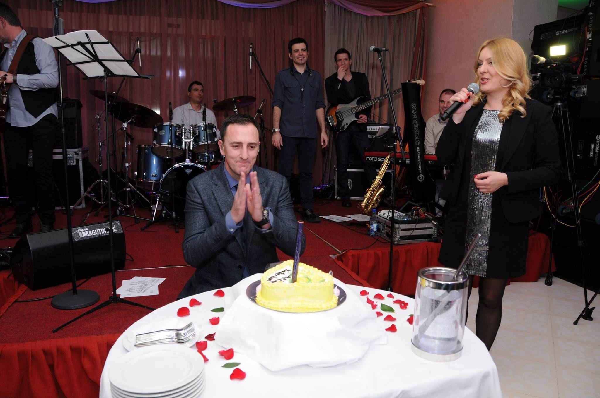 Hotel Splendid je i ove godine nastavio tradiciju - proslave 08.marta. Gosti su uživali u nastupu najveće crnogorske zvijezde i balkanskog superstarsa Sergeja Cetkovića. Negdje na sredini nastupa večeri uslijedilo je iznenađenje: s obzirom na to da je Sergej rođen na Dan žena. Uslijedile su iskrene čestitke I lijepe želje od publike i Uprave hotela . Pročitajte više na http://www.blic.rs/…/Sergeja-Cetkovica-sacekalo-nezaboravno…Više na linku http://goo.gl/gGMpVy