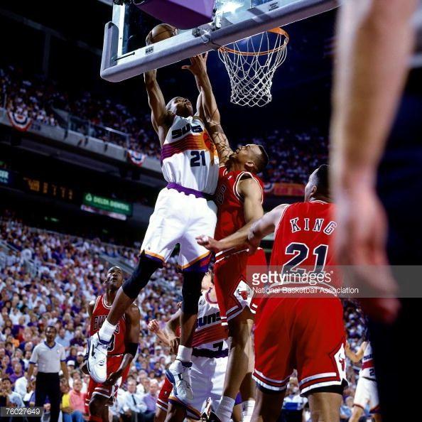 Fotografia de notícias : Richard Dumas of the Phoenix Suns attempts a dunk...