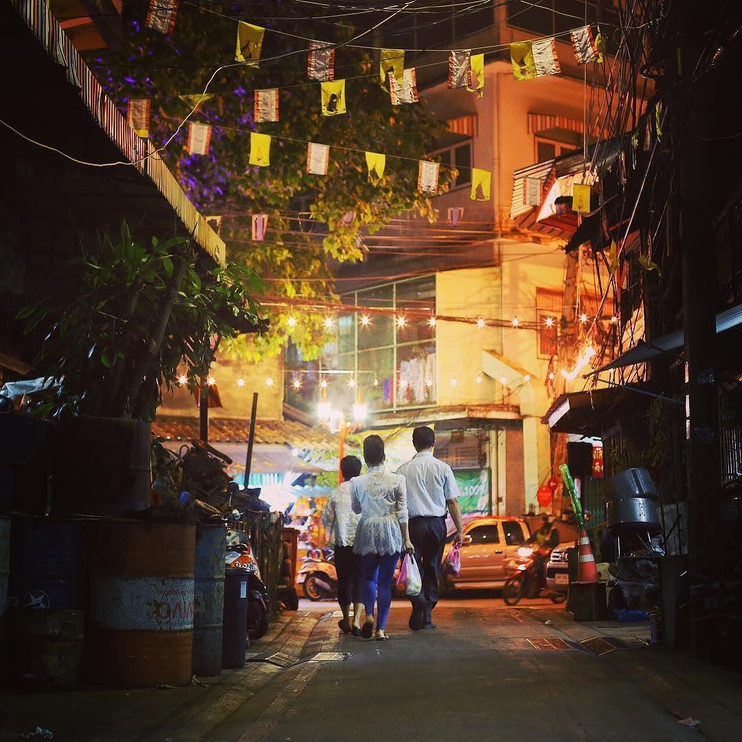 Wer liebt es noch so sehr nachts durch die Straßen Bangkoks zu streunen?! [throwback to Bangkok last year in October] #throwback #onenightinbangkok #littlealleys #bangkokatnight #nighthascome #bangkok #thailand #southeastasia #collectmomentsnotthings #maraerobertdiewelt #PDL #bestjob #maraontour #neverendingholiday #maracujacuja #traveler #praktikumdeineslebens #urlaubsguru #travelaroundtheworld #holidayguru #travelbug #guruontour #alwaysontherun #itchyfeet by urlaubsguru