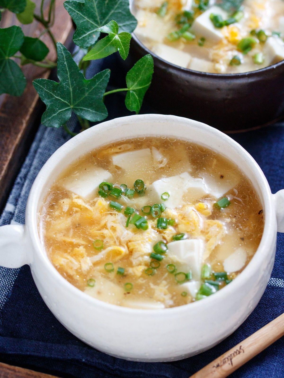 お鍋でスープを温めたら、あとは、お豆腐と卵を加えてサッと煮るだけ♪ 片栗粉は最初からスープに溶け込ませるので、水溶き片栗粉を作る手間(洗い物も)が不要!しかも、ダマになる心配もないという、なんともズボラさんには嬉しい手法。笑 とろとろのスープが、ふわふわの豆腐と卵に絡んで、一口食べるとホッとする味わい♡胃腸にも優しいので、お正月明けの食べ過ぎた時にもオススメですよ♪