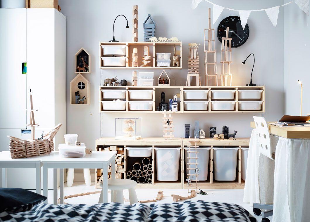 Una habitación infantil con muebles de pino y muchos bloques de ...