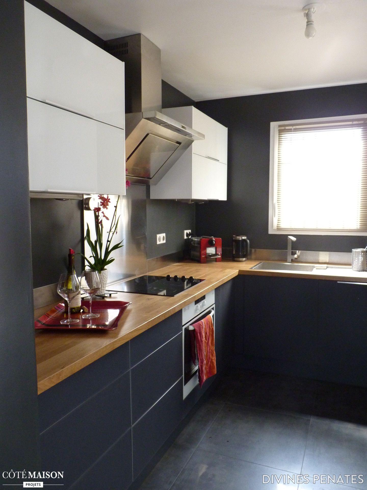 dans cette petite cuisine le bois et la couleur sombre du