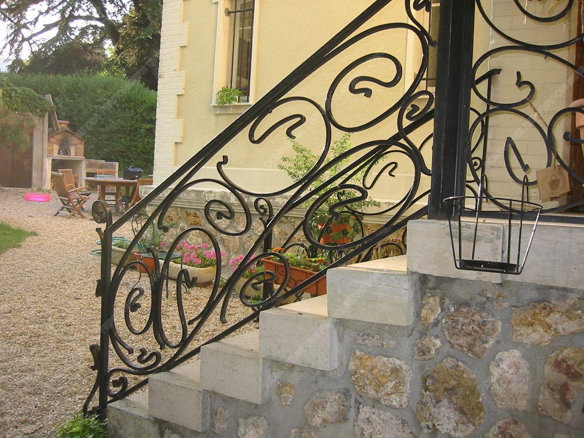 garde corps en fer forg balcon terrasse modernes mod le gcm12 boucles ferronnerie. Black Bedroom Furniture Sets. Home Design Ideas