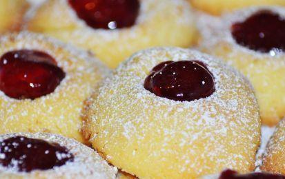 Biscotti ripieni senza glutine - Prova la ricetta dei biscotti gluten free ripieni di marmellata di amarene, le scorzette di limone impreziosiscono di aroma la pasta frolla senza glutine, adatta anche per delle crostatine.