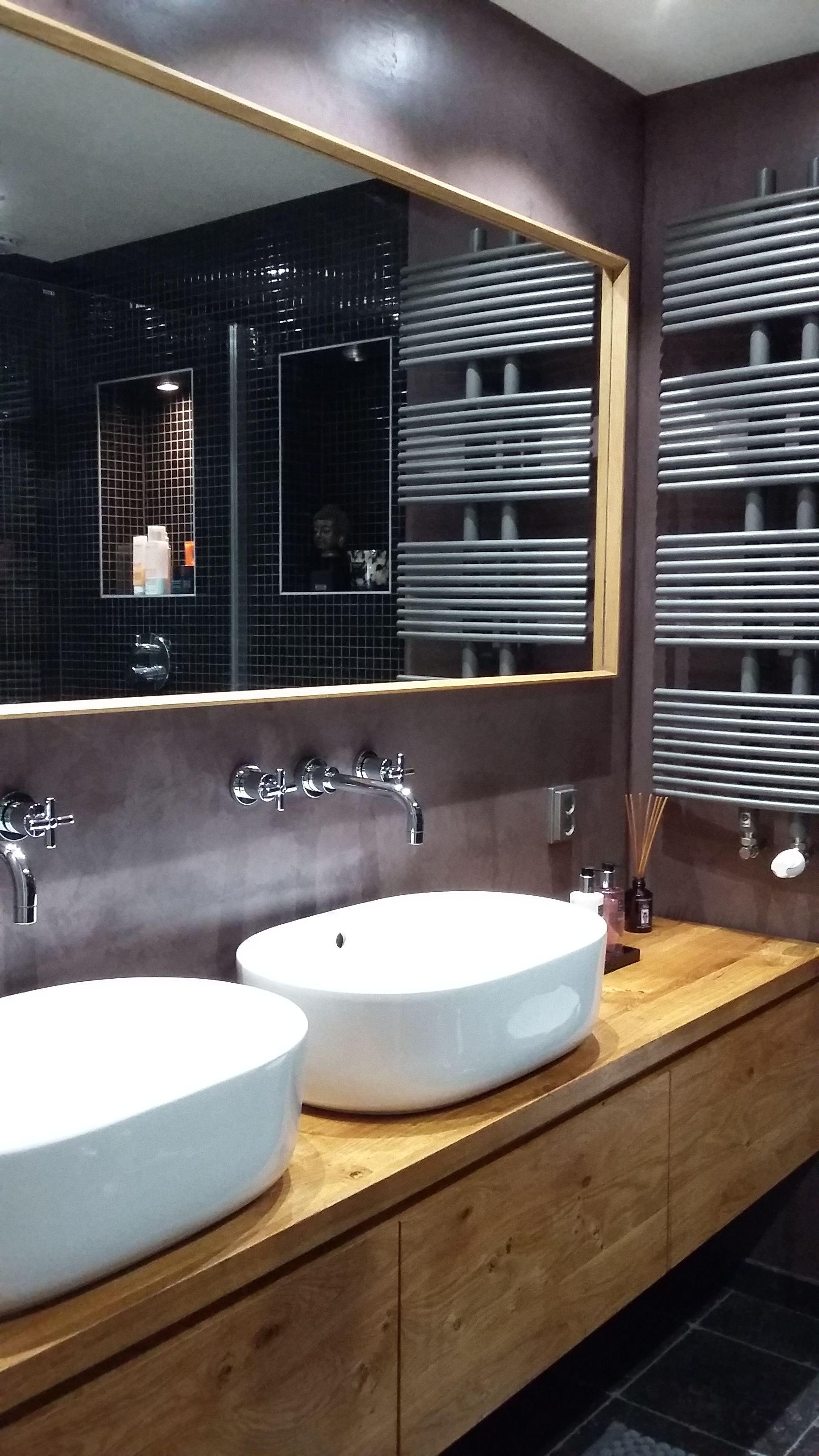 badkamer in verbau betonstuc kleur 27 pruimpaarse klei