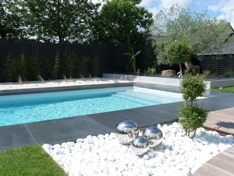 Des galets blancs autour de la piscine design moderne for Construction piscine 80