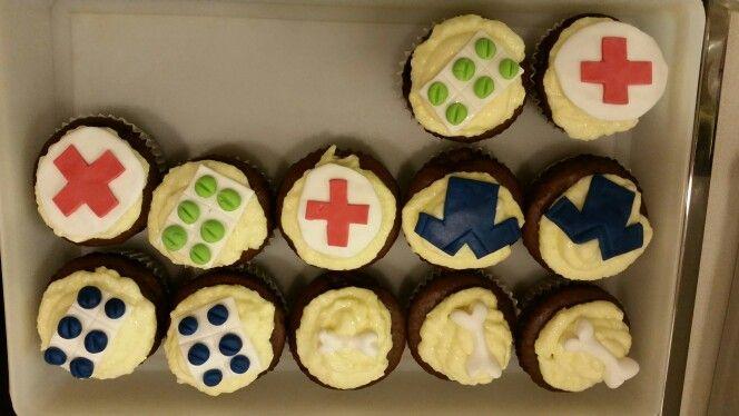 """Cupcakes """"Hospital"""" Schokomuffins mit einem Frischkäse-Puderzucker Frosting"""