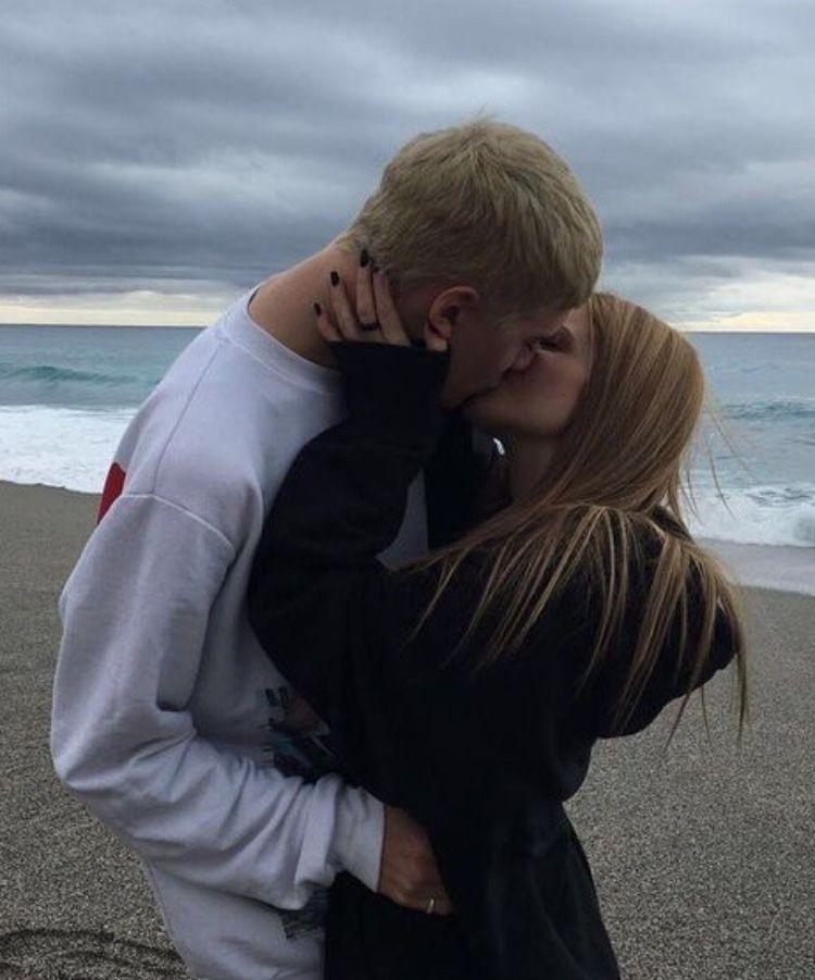 Картинки девушка брюнетка и парень блондин спиной