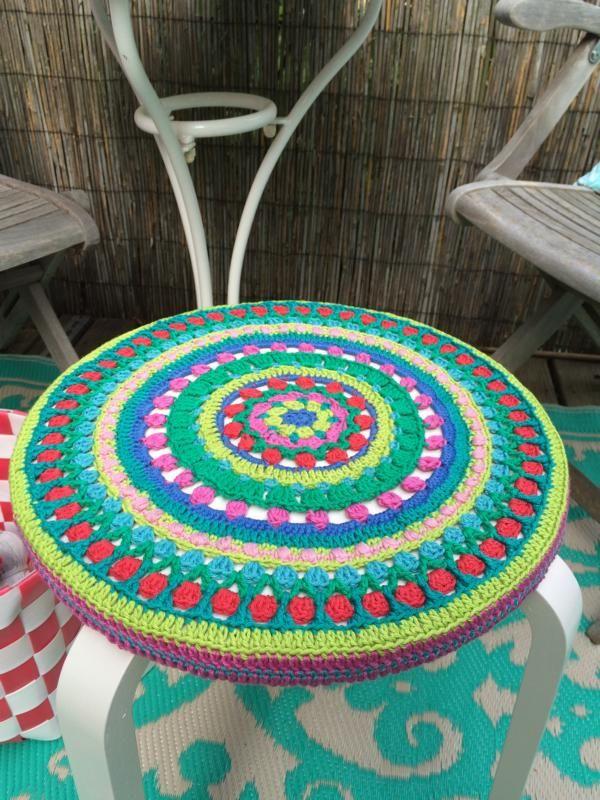 Mandala häkeln für einen Hocker | Pinterest | Häkeln, Hocker und Kissen