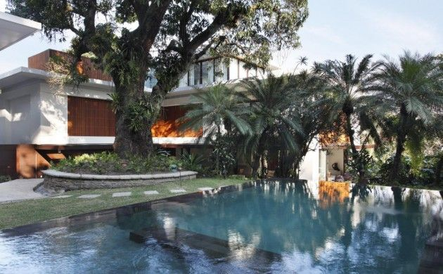 Gisele Taranto Arquitetura have provided a contemporary redesign to a colonial style house in  Rio de Janeiro, Brazil.