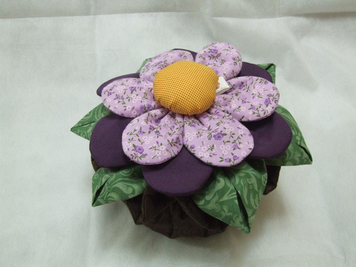 Peso de porta em formato de vaso e flor, confeccionado em tecido 100% algodão