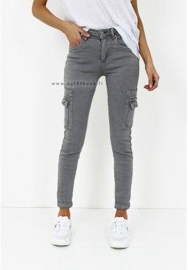 6e28318e1c7 Pantalon taille haute- Plis plat devant- Poches latérales fonctionnelles-  Ceinture à nouer avec boucle- Longueur cheville Le modèle porte la taille S