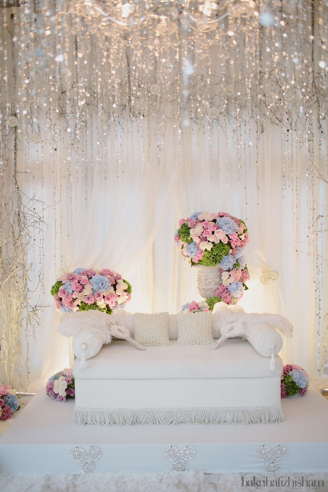 Almost ideal pelamin for wedding (minus the flower arrangements ...