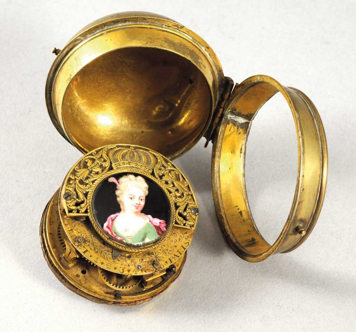 """Beautiful and rare watch called 'onion' in brass with miniature from the end of the 17th century or beginning of the 18th.  Montre à coq dite """"oignon"""" en laiton, fin XVIIe-début XVIIIe siècle, signée """"Thuret Paris"""", diam.: 5,5cm. Rouillac SVV.  #T"""