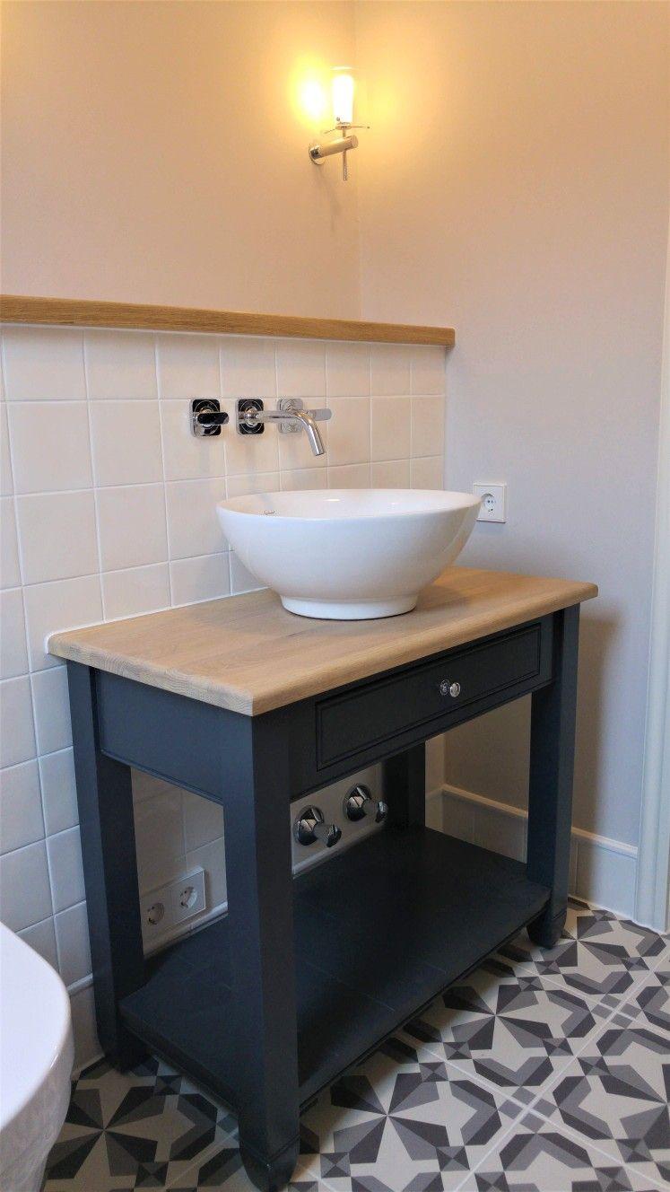 Wannenbad Im Klassischen Stil Gemusterte Bodenfliesen Von Original Style Waschtisch Mit Becken Von Neptune Lackiert In Charco Vanity Bathroom Vanity Bathroom