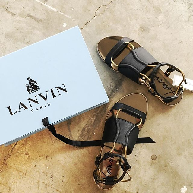 A pair of Lanvin sandals that you'll wanna wear all the time, now going for a steal at $477 (o.p. $1,590), at the Club 21 Bazaar. If you're heading there by cab, enter 'CLUB21' on the GrabTaxi app to get $3 off your ride to and from the F1 Pit Building. #nylonsgcloset #club21bazaar