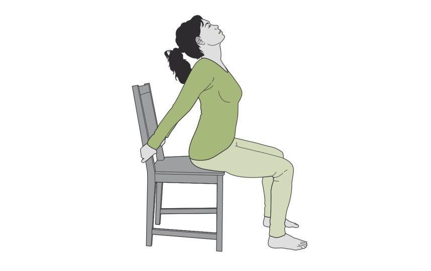 2 comment faire du yoga sur une chaise et en finir avec le mal de dos yoga sur une chaise. Black Bedroom Furniture Sets. Home Design Ideas
