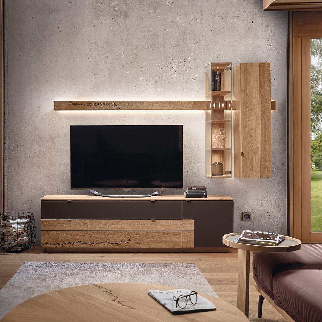 Fur Das Optimale Fernseh Erlebnis Strahlt Der Massivholzbalken Indirektes Licht Aus Das Sorgt Fur Eine Warme Angenehme Wohnen Schlafzimmer Tv Wohnzimmerwand