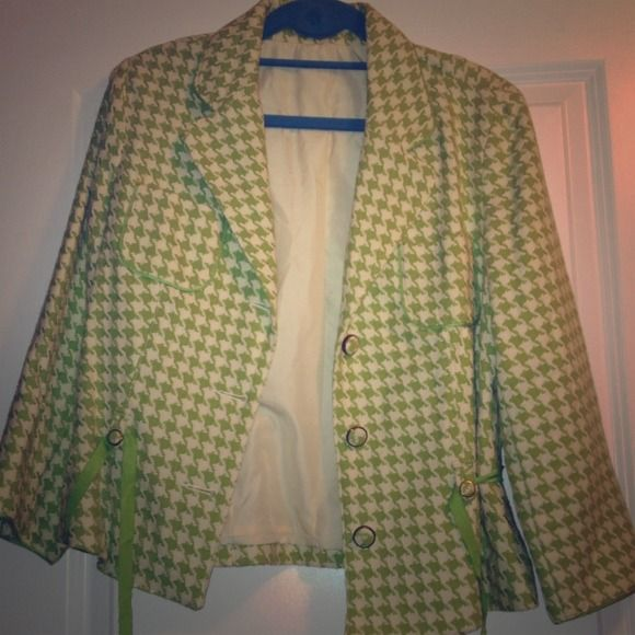 Houndstooth blazer beige and green Old Navy beige and green houndstooth blazer. This blazer was only worn once and has two little pockets on it also has a ribbon that ties around the waist. If you have questions, please ask me, Check out all my other items, new items added daily. NO RETURNS Old Navy Jackets & Coats Blazers