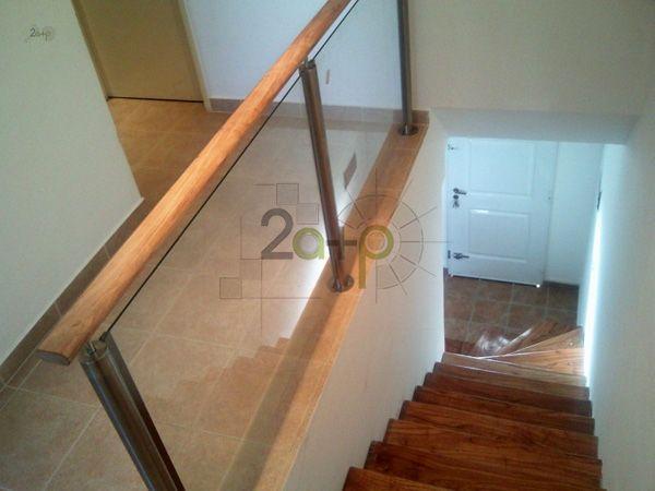 baranda de escalera de vidrio madera y acero