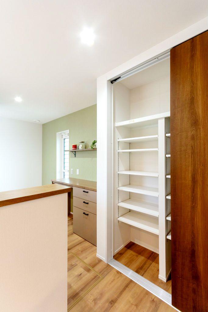 キッチン収納は可動棚なのでお好みの高さに調節可能なのが嬉しい