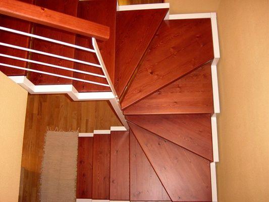 C mo construir una escalera de madera paso a paso dtos for Como hacer una escalera de caracol