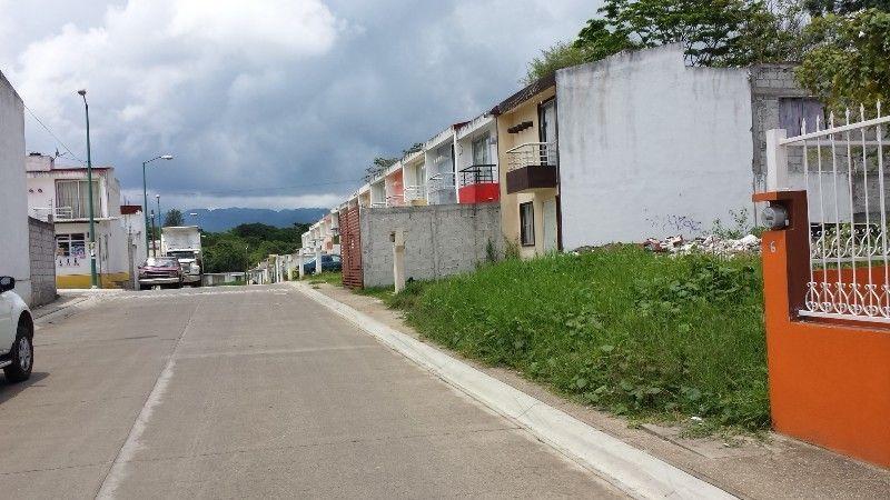 SE VENDE TERRENOURBANO -Fraccionamiento Villa de Las Flores -Fortín, VeracruzTerreno urbano uso Habitacional, los Servicios pasanal pie del Terreno (Agua y Drenaje)Área 7.00 x 15.00 = 105.00 m2Precio a tratar $180,000.00 pesosFacilidades de pago!!!Latitud :18,92676 (18° 55′ 36,35″ N)Longitud : -96,99418 (96° 59′ 39,06″ W)exactitud de la señal : 4 mINMOBILIARIA DEL SURESTEGESTIÓN DE NEGOCIOSINMOBILIARIOSASESORESCERTIFICADOS DE ...