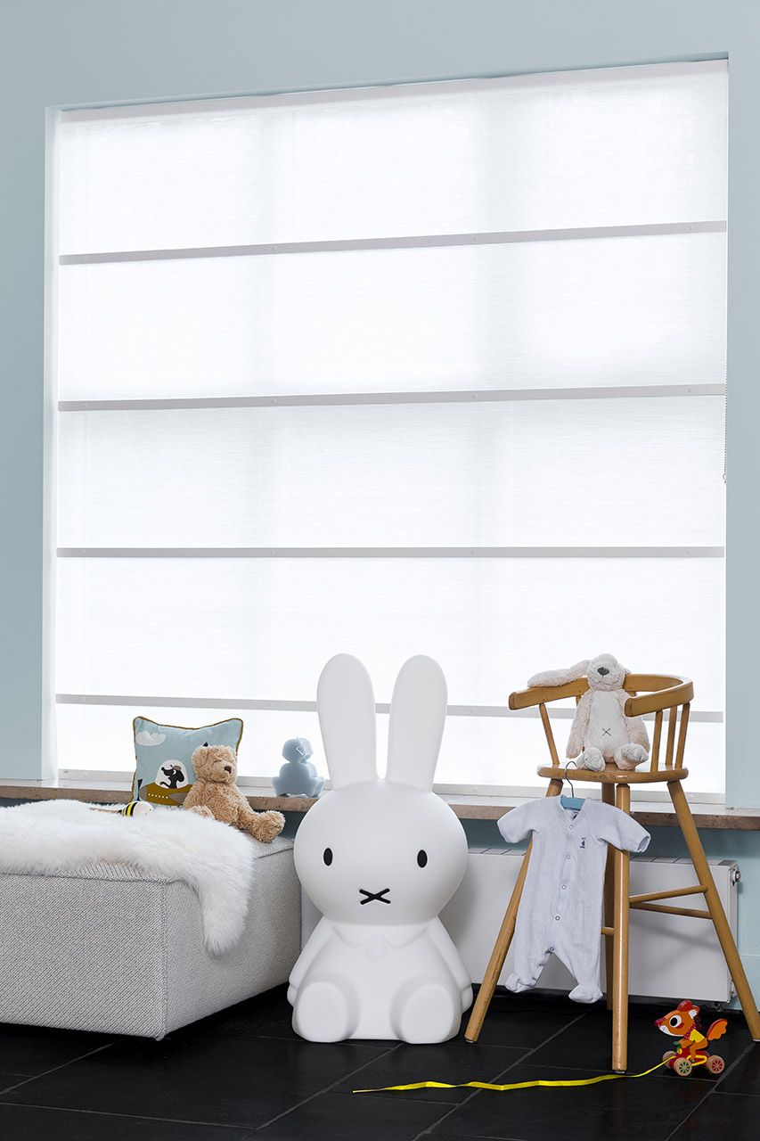 JASNO Raffrollos oder Folds in weiß in einem Kinderzimmer ...