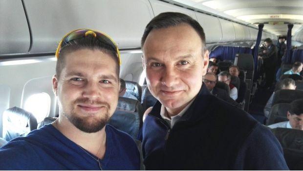 Presidente de Polonia viaja en vuelo comercial a México y se fotografía con pasajeros - http://www.esnoticiaveracruz.com/presidente-de-polonia-viaja-en-vuelo-comercial-a-mexico-y-se-fotografia-con-pasajeros/